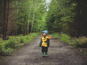Kind im Wald beim Wandern